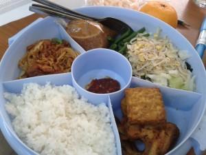 Nasi putih, pecel, mi goreng, tempe, ayam, sambel, jeruk, kerupuk