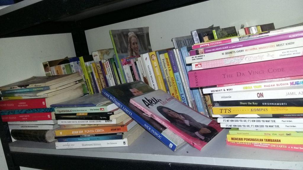 koleksi buku di rumah